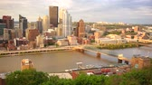 pensilvanya : Pittsburgh Pennsylvania Downtown Urban City Skyline Boats Moving Monongahela River Stok Video