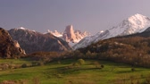 bergpad : View of Naranjo de Bulnes also known as Picu Urriellu mountain peak at sunset. Asturia, Spain.