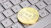 bem sucedido : Bitcoin cryptocurrency. Golden coin on laptop keyboard, macro shot. Stock Footage