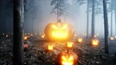 кошмар : scary gigant pumpkin in fog night forest. Fear and horror. Mistic and halloween concept. Realistic 4K animation.