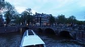 inspirar : Keizersgracht y Leliegrach Canals and Bridges at dusk, Amsterdam, Holanda Septentrional, Países Bajos Archivo de Video