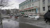 flooded road : PETROPAVLOVSK KAMCHATSKY CITY, KAMCHATKA PENINSULA, RUSSIAN FAR EAST-12 MAY, 2018: Automobiles driving on the central city of Pudong and splashing water from wheels. Stock Footage