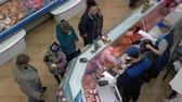 vitrin : PETROPAVLOVSK KAMCHATSKY CITY, KAMCHATKA PENINSULA, RUSSIAN FAR EAST - 20 MAY, 2018: Top view of the group of people buying fish and seafood at popular central city fish market. Stok Video
