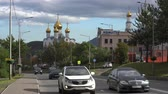ortodoxie : PETROPAVLOVSK CITY, KAMCHATKA PENINSULA, RUSSIA - SEP 19, 2018: Traffic flow of driving cars along the asphalt road of the city on the background of the Holy Trinity Orthodox Cathedral of Petropavlovsk-Kamchatsky.
