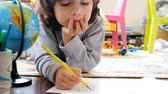 papier : Children draw in home
