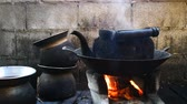 patelnia : The old kettle placed on a stove in the kitchen of the villagers in the countryside. Wideo