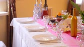 toalha de mesa : Served for a banquet table. Wine glasses with napkins, glasses and salads at wedding
