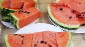 melão : slices of watermelon on a table