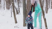 životní styl : Mom and her pretty daughter in the winter walk
