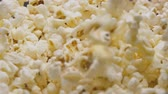 çatırtı : Popcorn pouring in slow motion