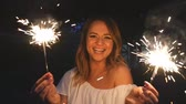 cierge magique : happy young woman with sparklers Vidéos Libres De Droits