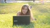 senhora : Woman on laptop outside on grass