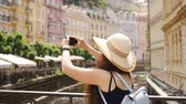 захват : Traveling girl are using a smart phone to capture the image of the old city