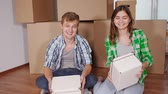 в помещении : Young smiling couple moving in new home