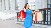 коробка подарка : Happy woman holding many shopping bags Стоковые видеозаписи