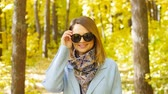 кошелек : Beautiful fashion woman in autumn park