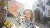 remoção : Happy young Woman moving into new home. Showing keys of new property Vídeos