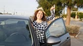 aluguel : Woman driver showing car keys smiling happy in her new car