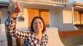 gayrimenkul : Happy young woman with New House Keys