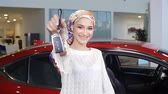 аренда : Muslim woman with car key over car show background Стоковые видеозаписи