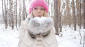 xale : Concept of winter entertainment. Young woman in winter park with snow in hands