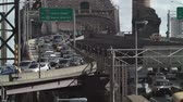 коммутирующих : Mid-day traffic crossing both levels of the Queensboro Bridge, which spans the East River between the boroughs of Manhattan and Queens in New York City. Стоковые видеозаписи