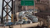 congestionamento : NEW YORK - OCTOBER 18: (Time-lapse) Mid-day traffic enters Manhattan from Queens on the Queensboro Bridge as the Roosevelt Island Tram operates nearby on October 18, 2012 in New York. Vídeos