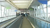 chodba : CLEVELAND - SEPTEMBER 26: A moving walkway moves toward the main terminal at Cleveland Hopkins International Airport on September 26, 2014 in Cleveland, Ohio. Dostupné videozáznamy