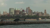 pendulares : NEW YORK - JULY 14: A helicopter lands at the Downtown Manhattan Heliport on July 14, 2013 in New York City.