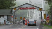 коммутирующих : DINGMANS FERRY, PA - AUGUST 5: Commuters stop and pay the toll before crossing Dingmans Ferry Bridge on August 5, 2014 in Dingmans Ferry, Pennsylvania. The bridge crossed the Delaware River from Pennsylvania to New Jersey. Стоковые видеозаписи