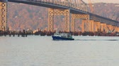 pendulares : TARRYTOWN, NY - NOVEMBER 11:  A shuttle boat carrying construction workers for the new Tappan Zee Bridge heads for Westchester County on the Hudson River adjacent to the old bridge on November 11, 2014 in Tarrytown. Pilings for the new bridge are visible  Stock Footage
