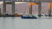 коммутирующих : TARRYTOWN, NY - NOVEMBER 11:  A shuttle boat carrying construction workers for the new Tappan Zee Bridge heads for Westchester County on the Hudson River adjacent to the old bridge on November 11, 2014 in Tarrytown. Pilings for the new bridge are visible  Стоковые видеозаписи