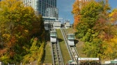 střední : NIAGARA FALLS, ON - OCTOBER 19: The Falls Incline Railway operates between the Falls Incline Plaza and Niagara Parks attractions at Table Rock and the Fallsview Tourist Area on October 19, 2016 in Niagara Falls, Ontario, Canada. Dostupné videozáznamy