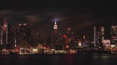 világi : The annual Macys Fourth of July fireworks show lights the sky behind the Manhattan skyline on Tuesday, July 4, 2017 as seen from Weehawken, New Jersey across the Hudson River.