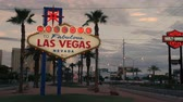 kilitli : PARADISE, NV - AUGUST 4:  The iconic Welcome to Fabulous Las Vegas neon sign greets visitors to Las Vegas traveling north on the Las Vegas strip on August 4, 2017 in Paradise.