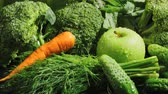 erva doce : Video of green vegetables with falling carrot