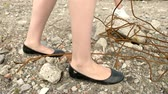 eldiven : Feet of girls walking on stony ground