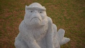 動物 : White stone monkey sculpture
