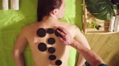 therapeute : Therapist doing chinese stone therapy to a man Vidéos Libres De Droits