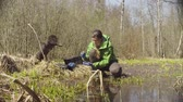 科学者 : Ecologist on the forest felling getting samples