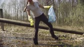 salvar : Woman volunteer collecting garbage in the pond