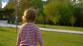 nemluvně : Little baby girl walking in the park