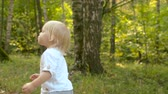 steadicam : Cute toddler walking in the park