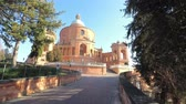aziz : External view of the sanctuary of San Luca, one of the symbols of the city. Stok Video