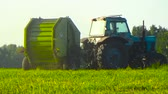 곤포 : Tractor harvests in the field