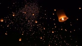 çok renkli : Loi Krathong Festival And Many Fire Lanterns Floating Of Chiang Mai Thailand (long shot) Stok Video
