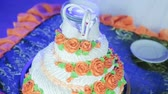 icings : Cutting and folding plates on the wedding cake Stock Footage