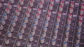amplificador : Mixing console also called audio mixer, sound board, mixing deck or mixer is an electronic device Vídeos