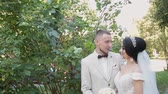 damat : Newlyweds hug and enjoy each other on their wedding day. Stok Video