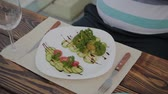 cuochi : White plate with salad and mans hands on the table. Filmati Stock